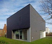 Dom jednorodzinny, elewacja z ciemnego klinkieru