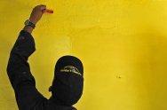 malarz maluje ścianę